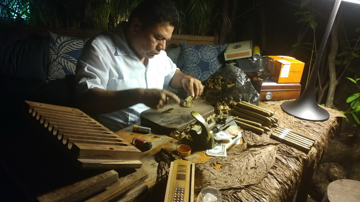 Cigar Roller at Gitano Loves Wedding Tulum